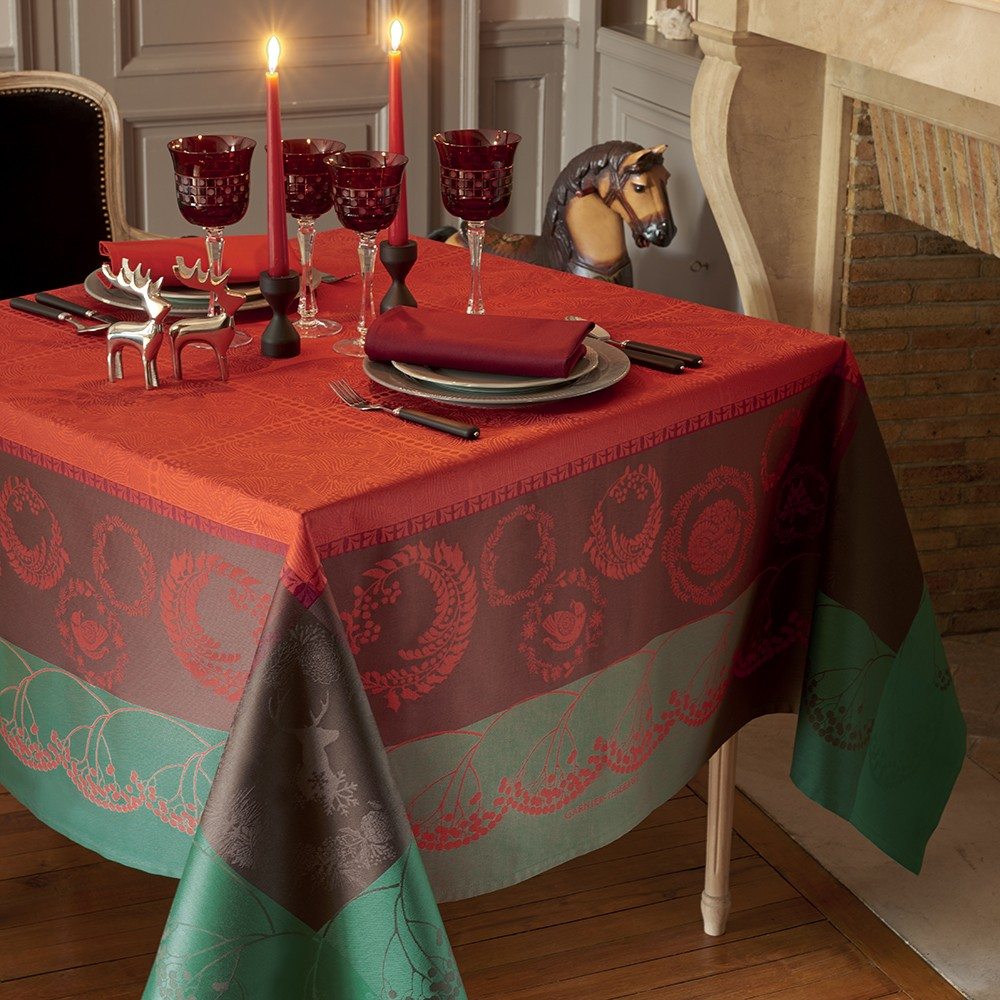 CHEMIN DE TABLE CHRISTMAS FOREST RED